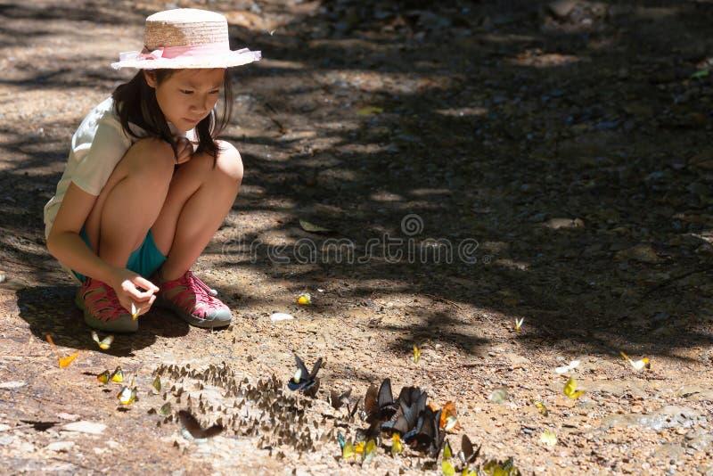 Азиатская девушка сидя в лесе, милой маленькой девочке изучая и выучить стоковые изображения