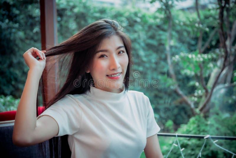 Азиатская девушка смотря и распологая в эмоцию комнаты стоковые изображения
