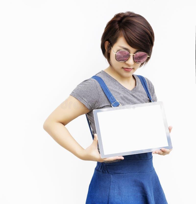 Азиатская девушка с таблеткой стоковые изображения rf