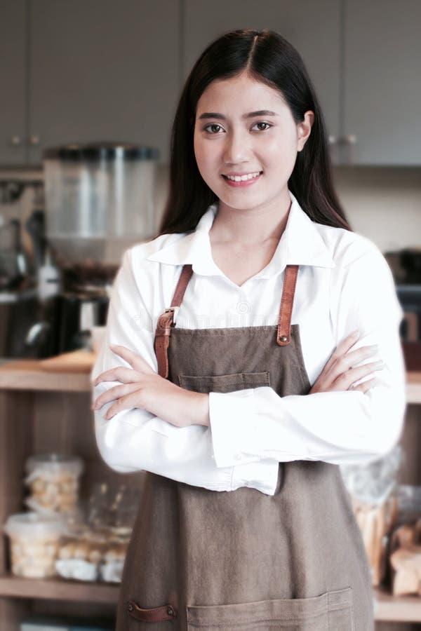 Азиатская девушка Barista стоковые фото