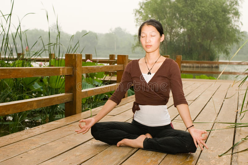 азиатская делая йога девушки стоковое фото rf