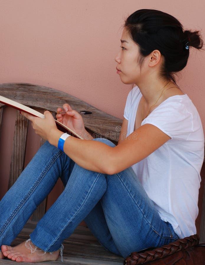 азиатская делая эскиз к женщина стоковые фото