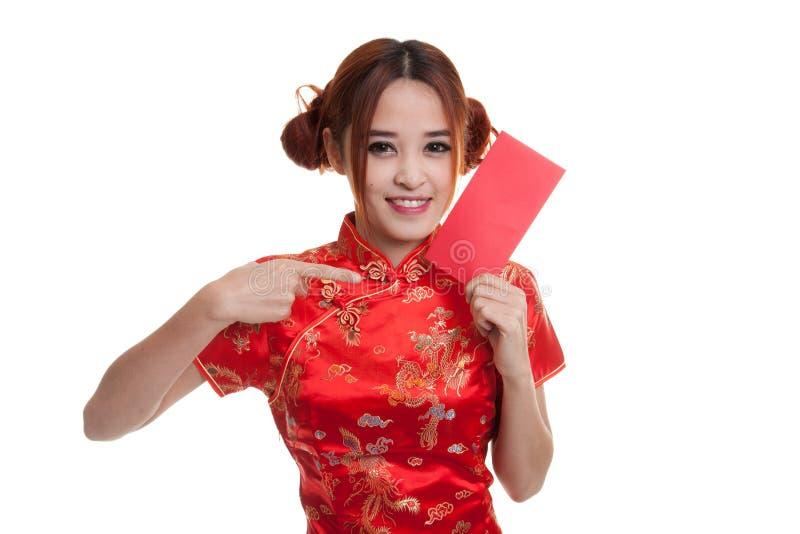 Азиатская девушка в китайском пункте платья cheongsam к красному конверту стоковые изображения