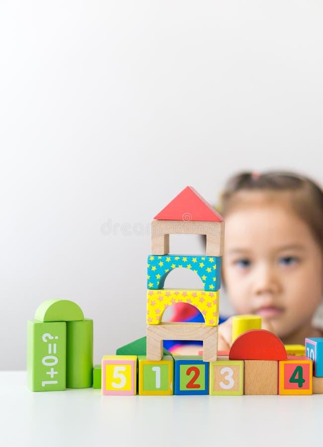 Азиатская девушка играя деревянные строительные блоки стоковые изображения rf