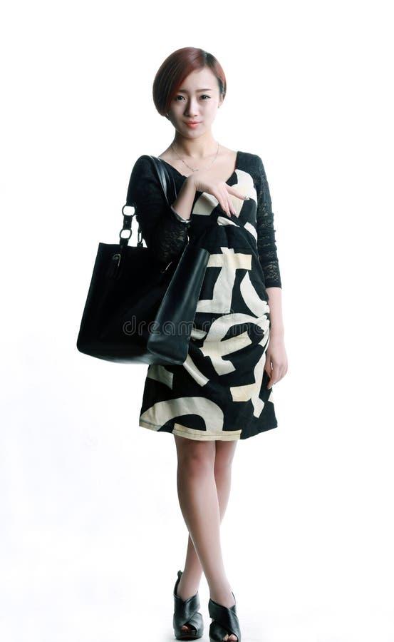 Азиатская девушка нося черную кожаную сумку стоковое изображение