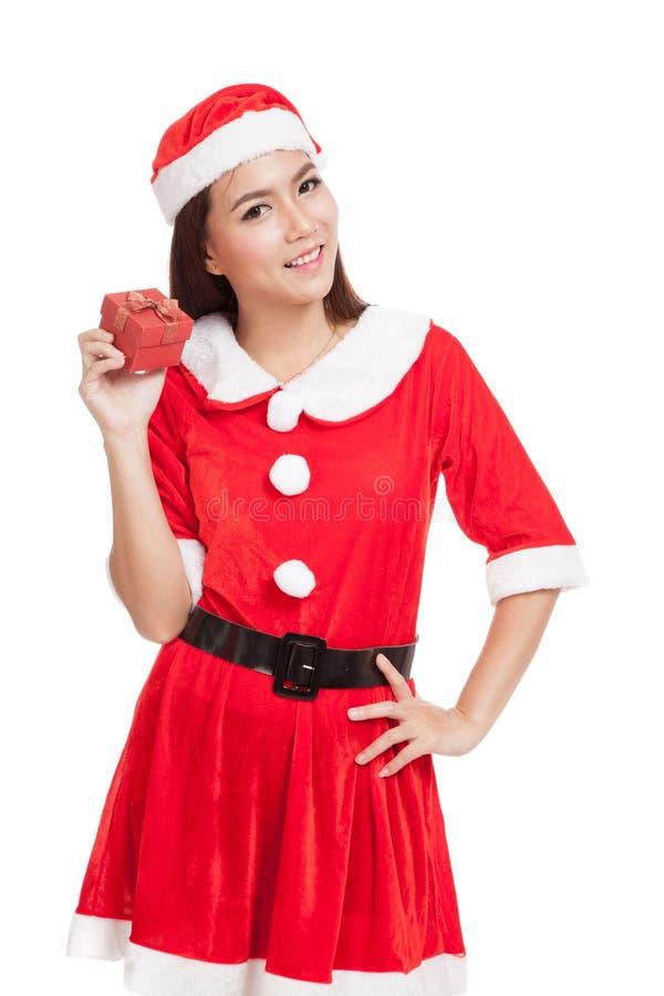 Азиатская девушка рождества с одеждами Санта Клауса и красной подарочной коробкой стоковые фото