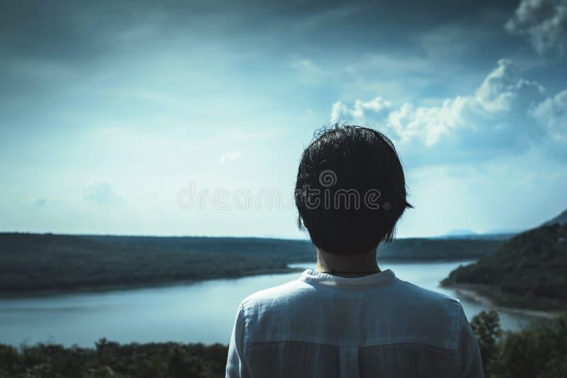 Азиатская девушка стоя и смотря к горе и озеру на moun стоковые фотографии rf