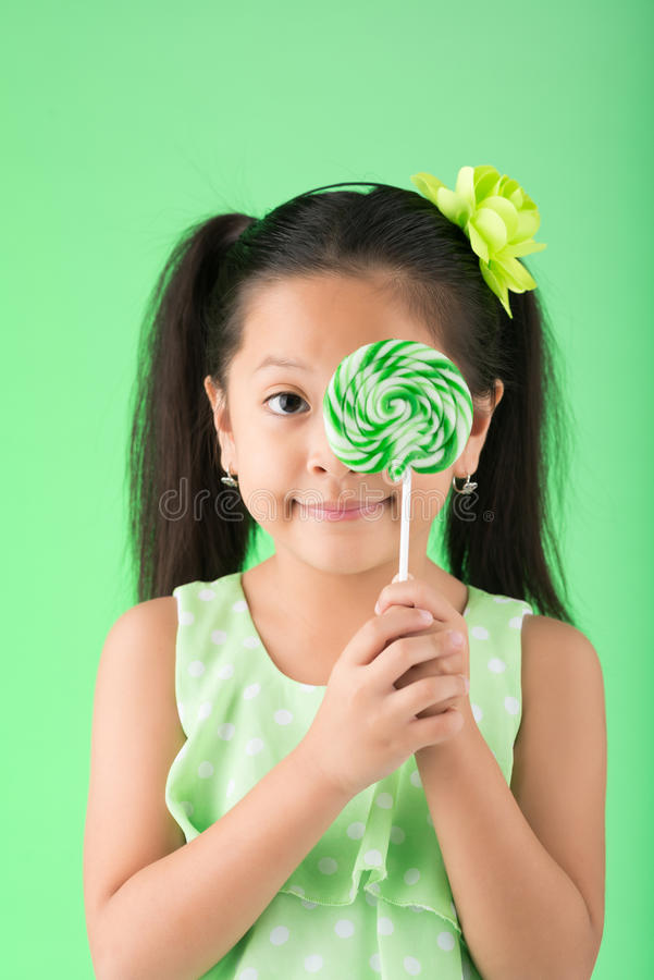 Азиатская девушка с конфетой стоковое изображение rf