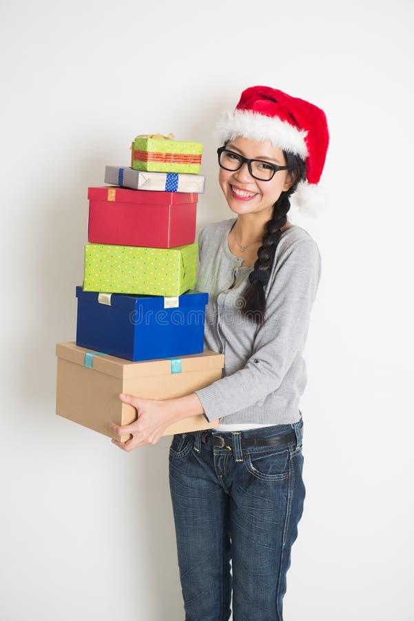 Азиатская девушка с подарком рождества стоковое фото rf
