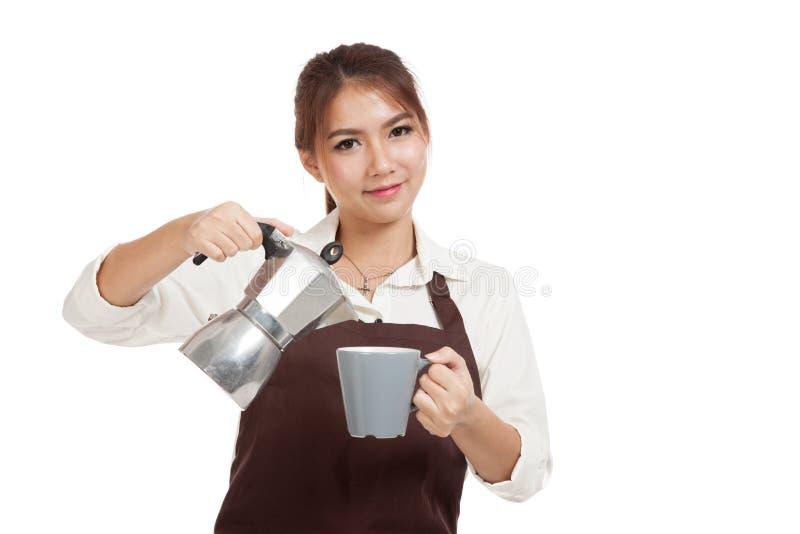 Азиатская девушка barista с баком и чашкой Moka кофе стоковая фотография rf
