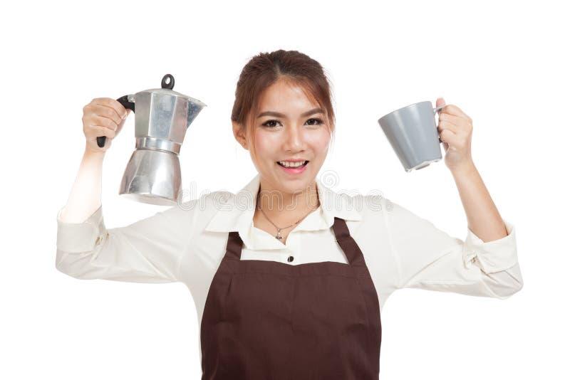 Азиатская девушка barista с баком и чашкой Moka кофе стоковые фотографии rf