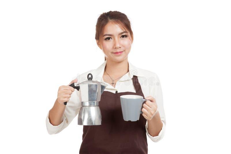 Азиатская девушка barista с баком и чашкой Moka кофе стоковые фото