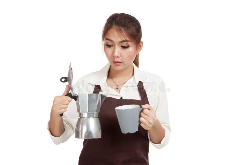 Азиатская девушка barista с баком и чашкой Moka кофе стоковое фото rf