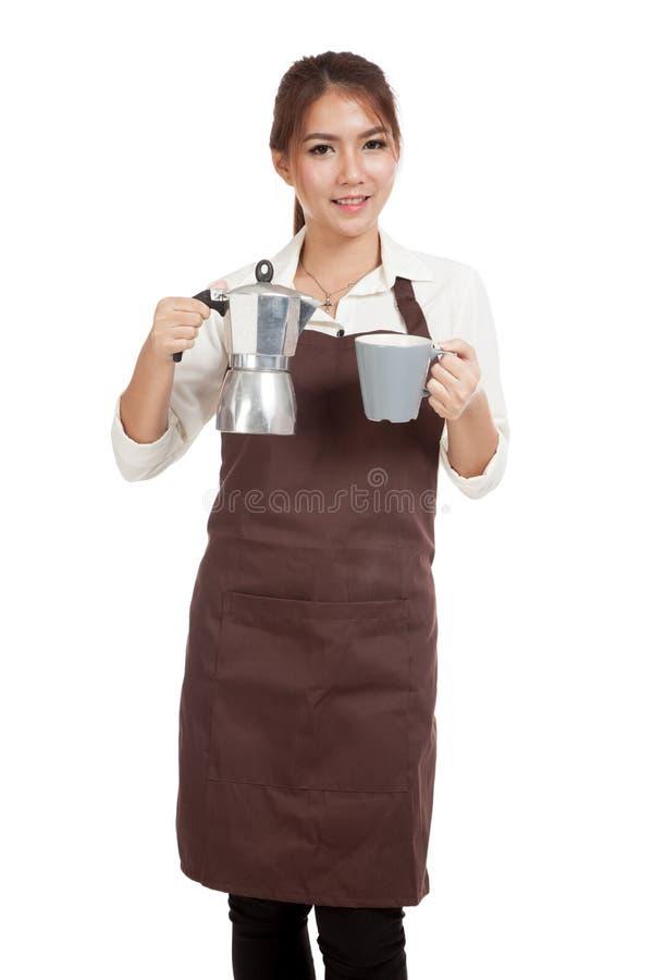 Азиатская девушка barista с баком и чашкой Moka кофе стоковые изображения rf
