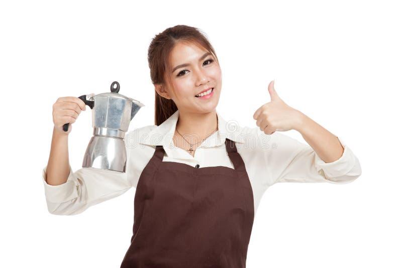 Азиатская девушка barista thumbs вверх с баком Moka кофе стоковые фотографии rf