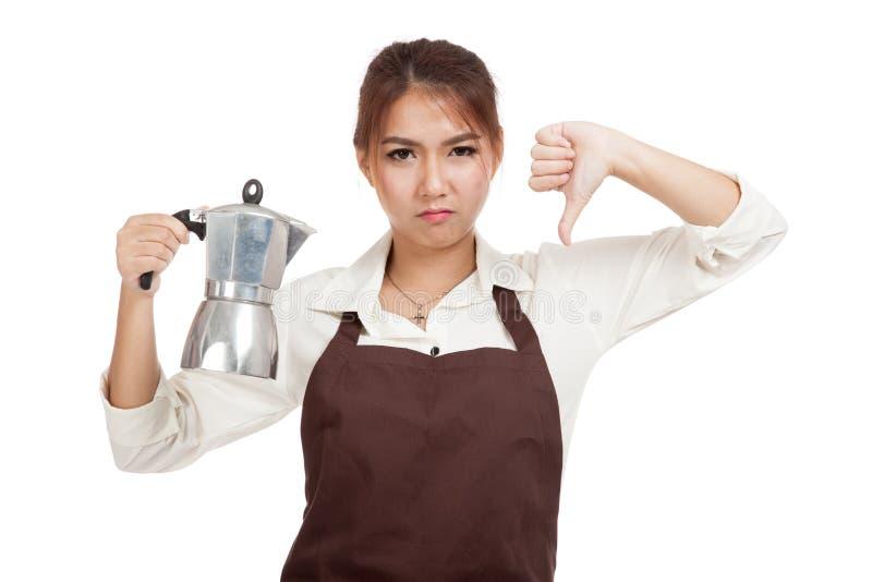 Азиатская девушка barista thumbs вниз с баком Moka кофе стоковое фото