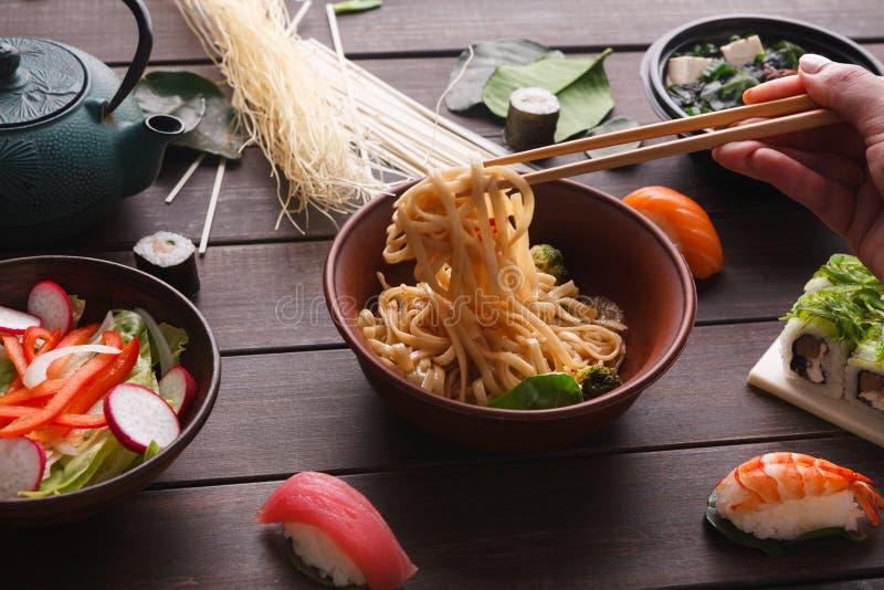 Азиатская еда на деревянной предпосылке, космосе экземпляра стоковые изображения rf