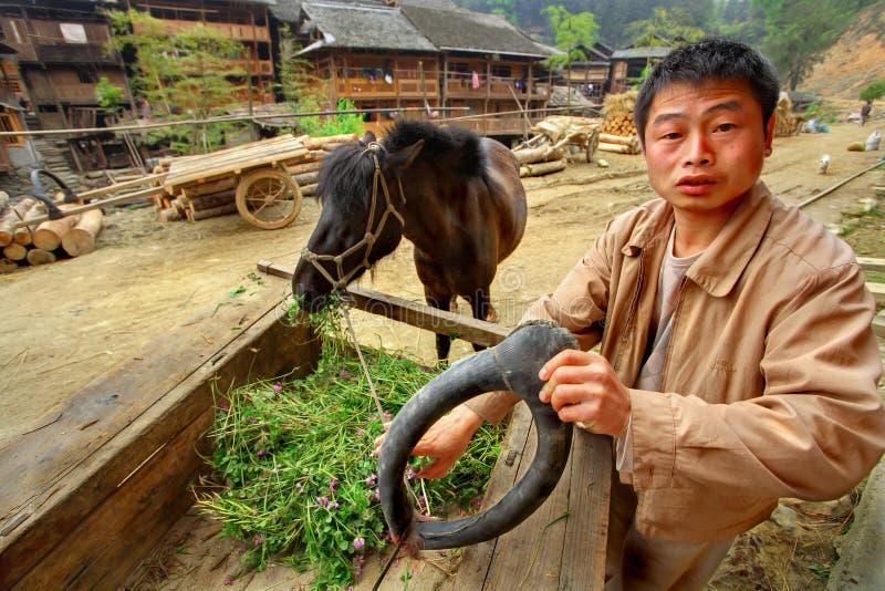 Азиатская деревня, сельский китайский крестьянский фермер держит лошад-col стоковые изображения