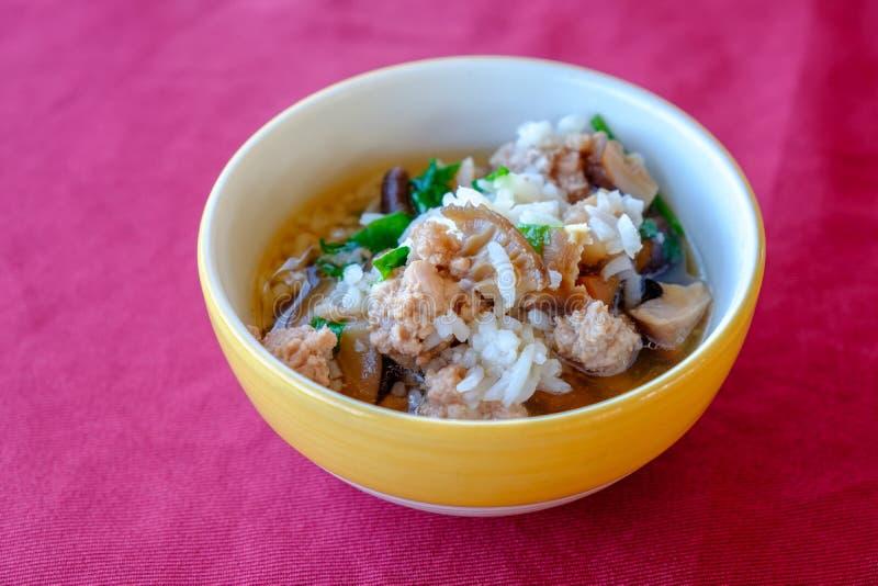 Азиатская еда стиля съеденная с нежностью закипела рис стоковая фотография rf