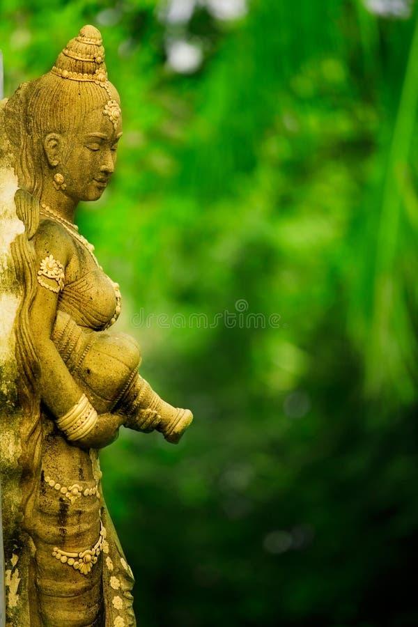 азиатская женская статуя стоковое фото rf
