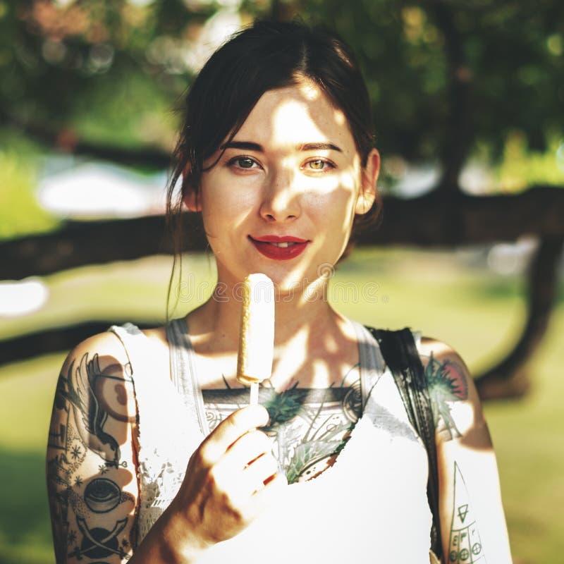 Азиатская женская ультрамодная стильная красивая концепция стоковая фотография rf