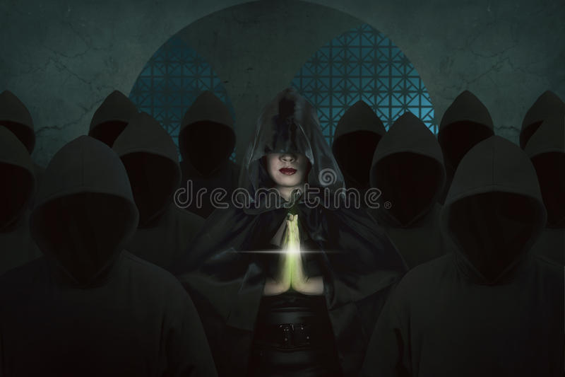 Азиатская женщина ведьмы внутри старого замка в темной комнате моля стоковые фотографии rf
