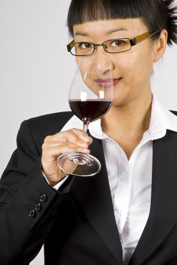 азиатская женщина вина дегустатора стоковое изображение rf