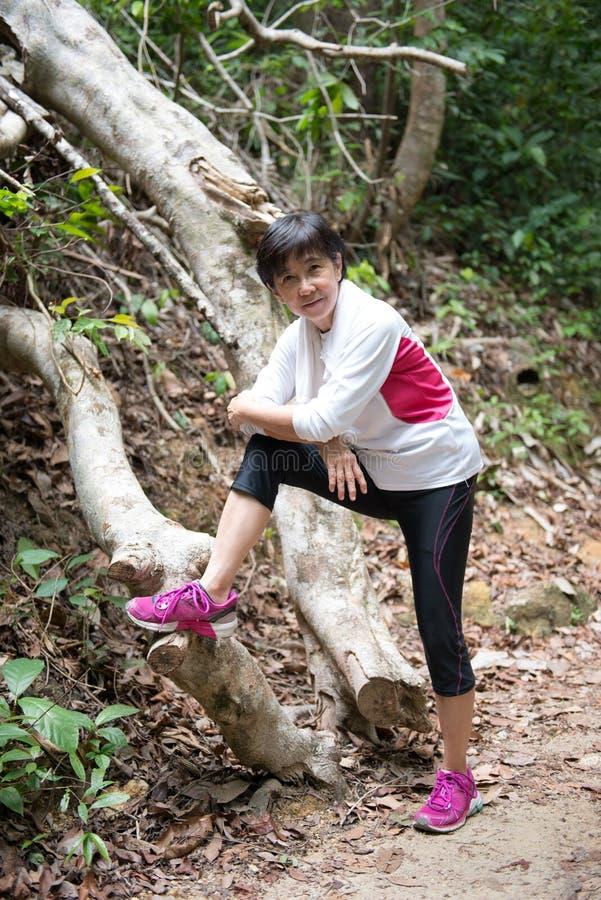 Азиатская женщина в джунглях стоковая фотография