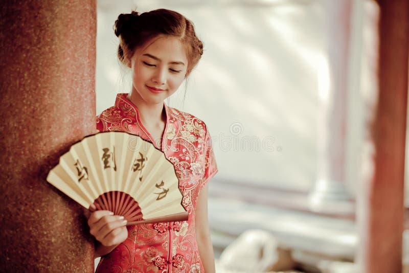 Азиатская женщина в китайце одевает держать двустишие 'успех' (Chin стоковое фото rf