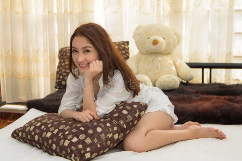 Азиатская женщина в спальне. стоковая фотография