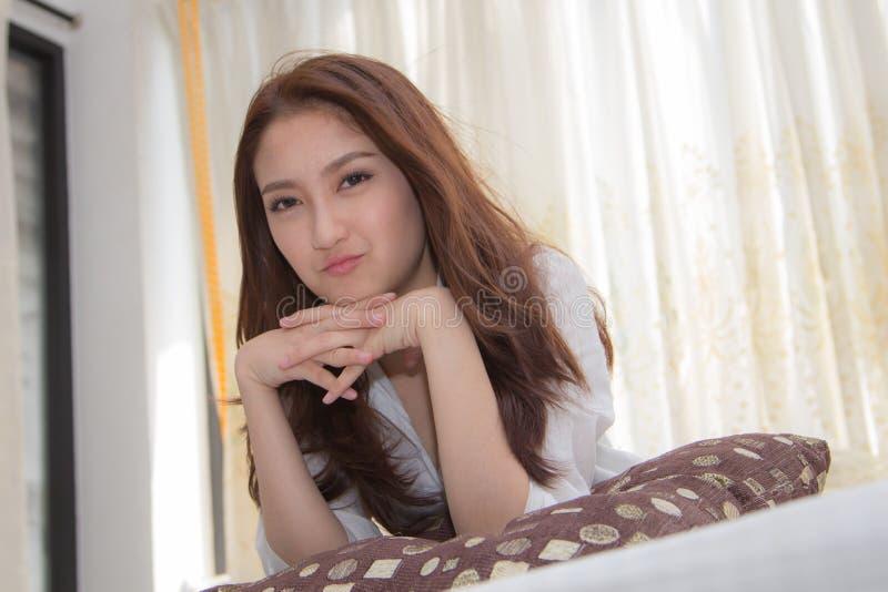 Азиатская женщина в спальне. стоковое изображение