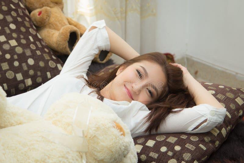 Азиатская женщина в спальне. стоковое фото rf