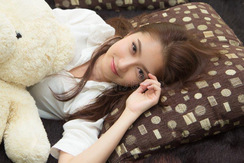 Азиатская женщина в спальне. стоковое изображение rf