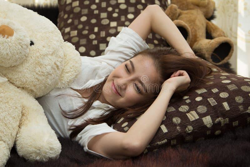 Азиатская женщина в спальне. стоковые изображения