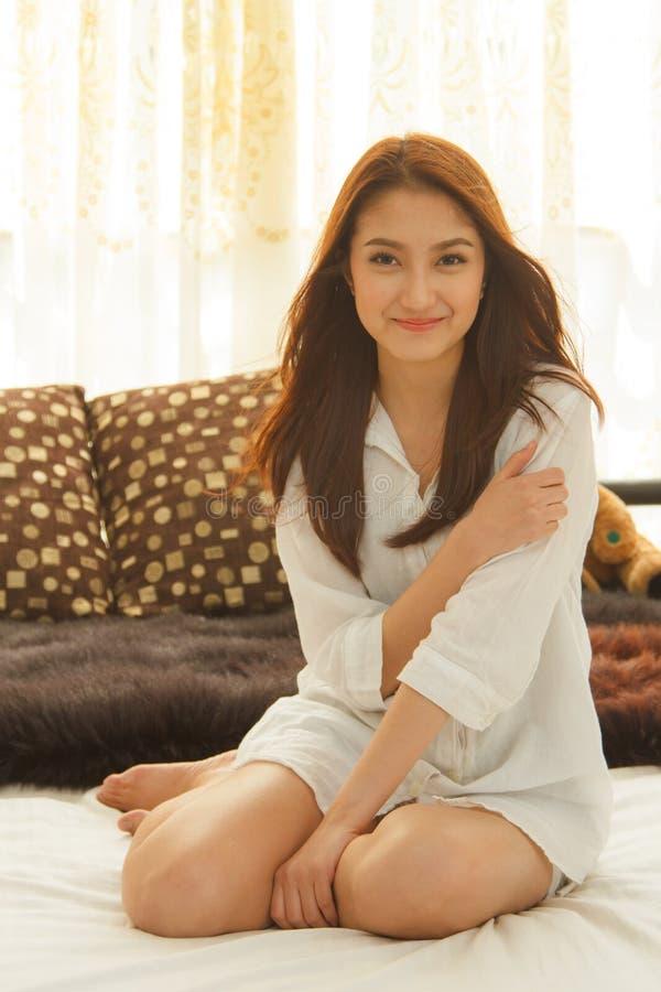 Азиатская женщина в спальне стоковое изображение