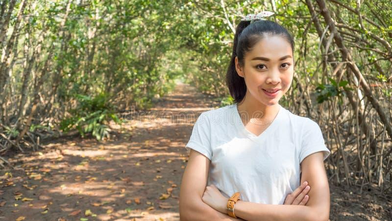 Азиатская женщина в forrest стоковое изображение rf