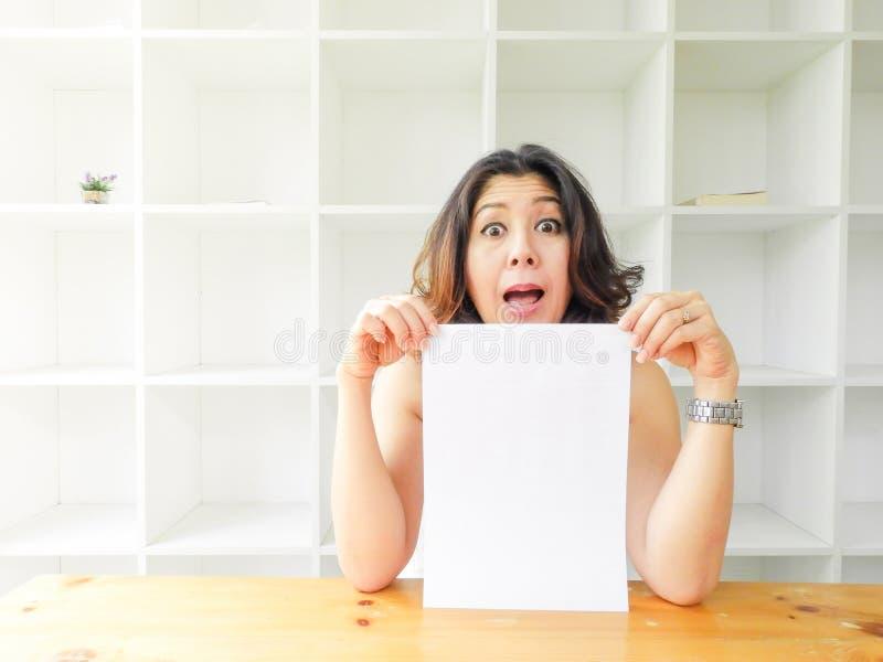 Азиатская женщина держа пустую белую бумагу стоковая фотография