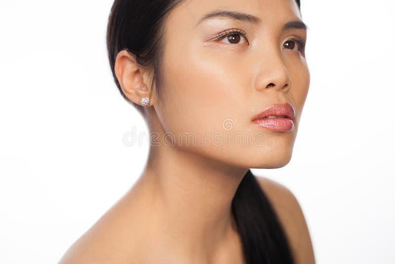 Азиатская женщина думая или daydreaming стоковые фото