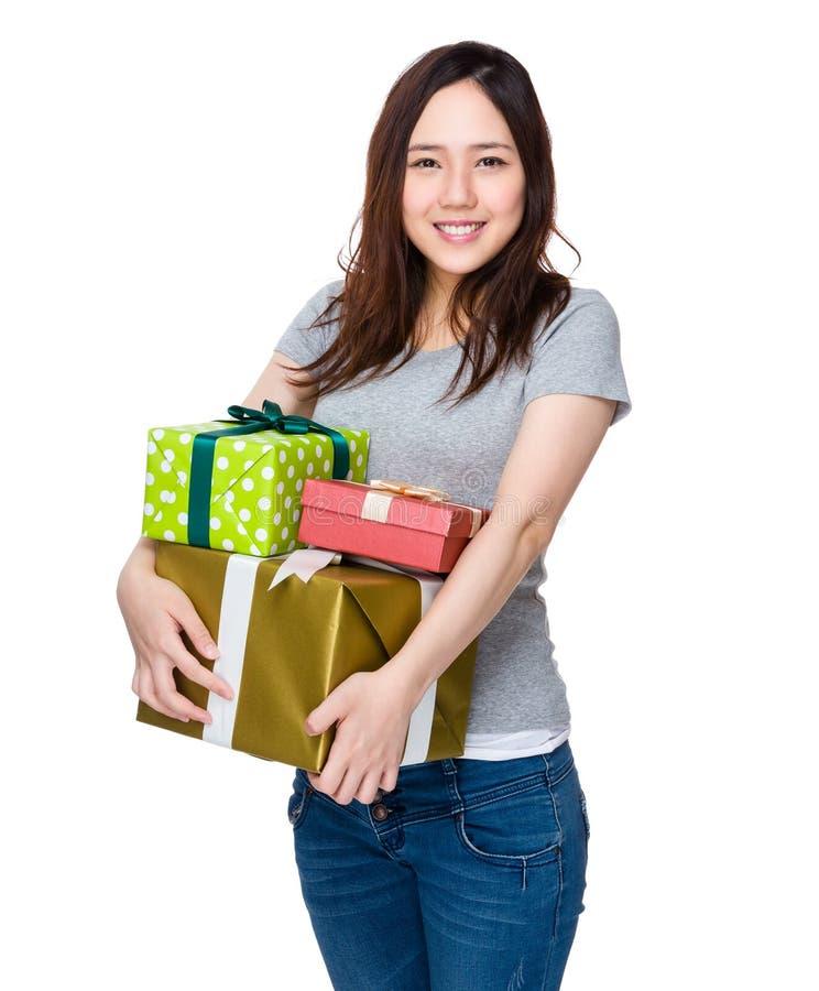 Азиатская женщина держа много присутствующую коробку стоковое изображение