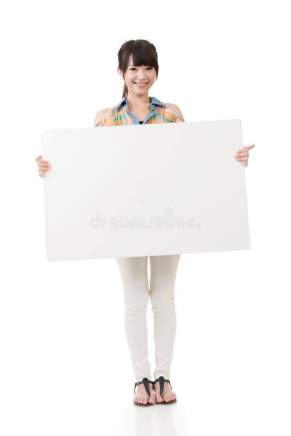Download Азиатская женщина держа пустую серую доску Стоковое Изображение - изображение насчитывающей привлекательностей, изображение: 37925259