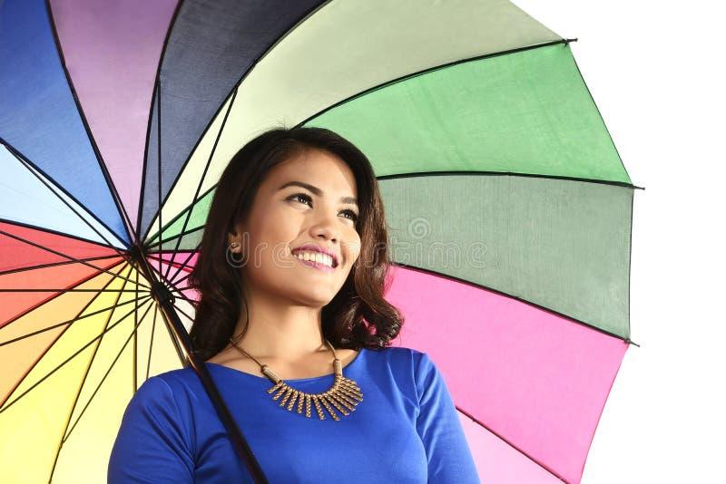 Азиатская женщина держа усмехаться зонтика стоковое фото rf