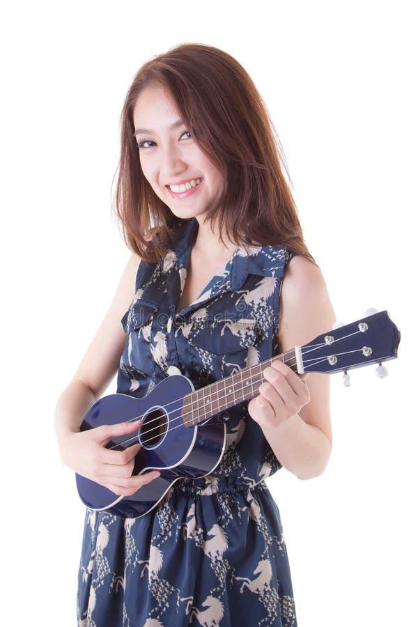 Азиатская женщина играя гавайскую гитару стоковое изображение rf