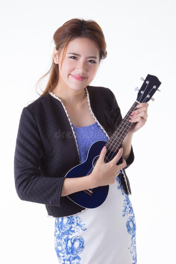 Азиатская женщина играя гавайскую гитару стоковое изображение
