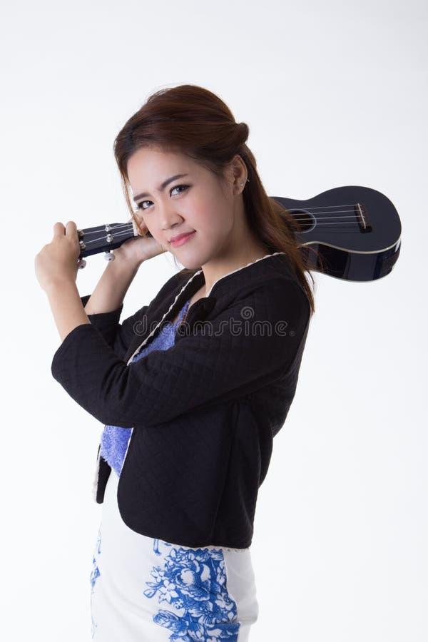 Азиатская женщина играя гавайскую гитару стоковое фото rf