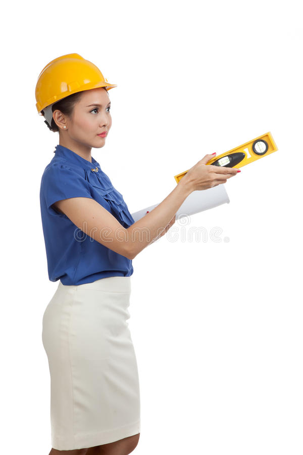 Азиатская женщина инженера с светокопиями и уровнем стоковое фото