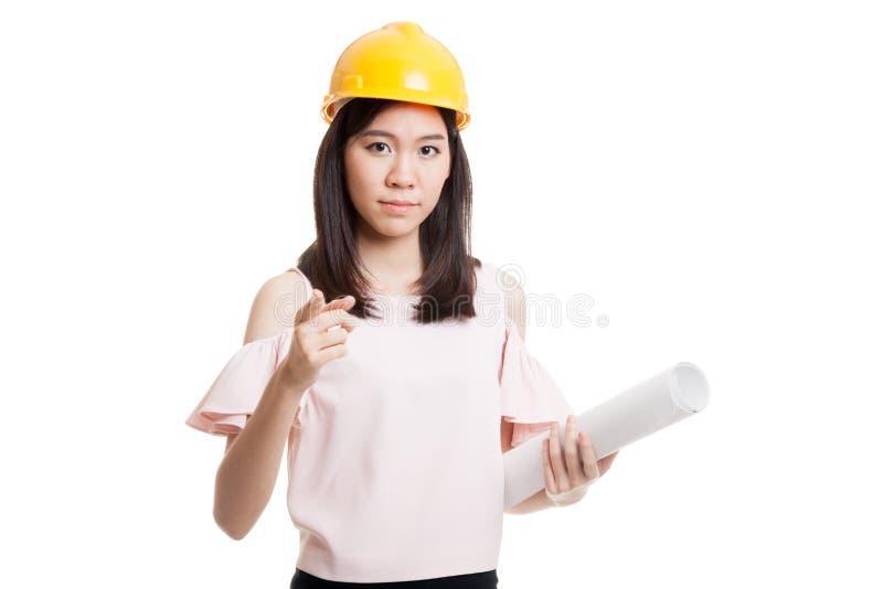 Азиатская женщина инженера указывая с светокопиями стоковое изображение rf