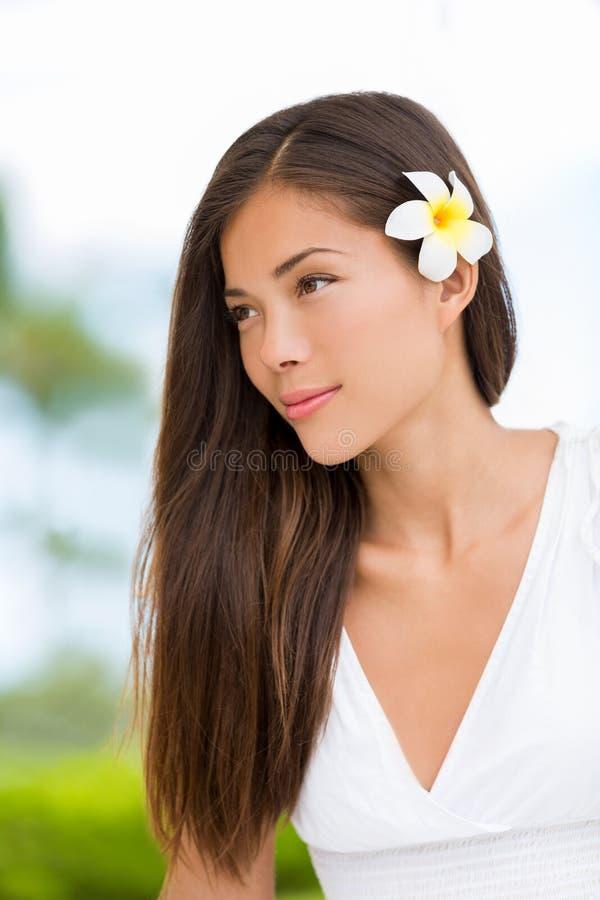 Азиатская женщина красоты смешанной гонки со здоровыми волосами стоковое фото