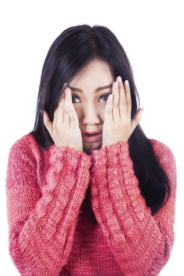 Азиатская женщина курьерская ее страх изолированный в белизне стоковая фотография rf