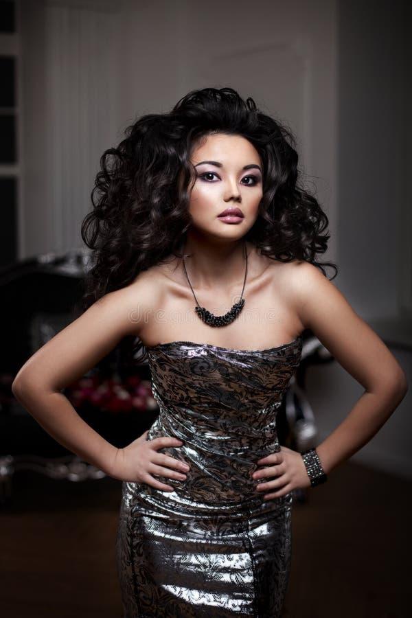 азиатская женщина Модная современная роскошная женщина с hairst моды стоковая фотография rf