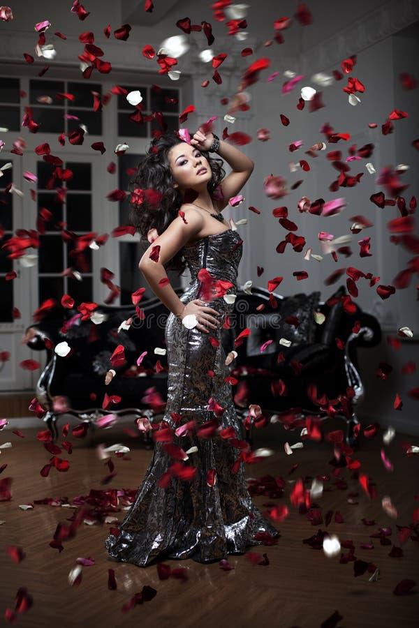 азиатская женщина Модная современная роскошная женщина с hairst моды стоковое фото